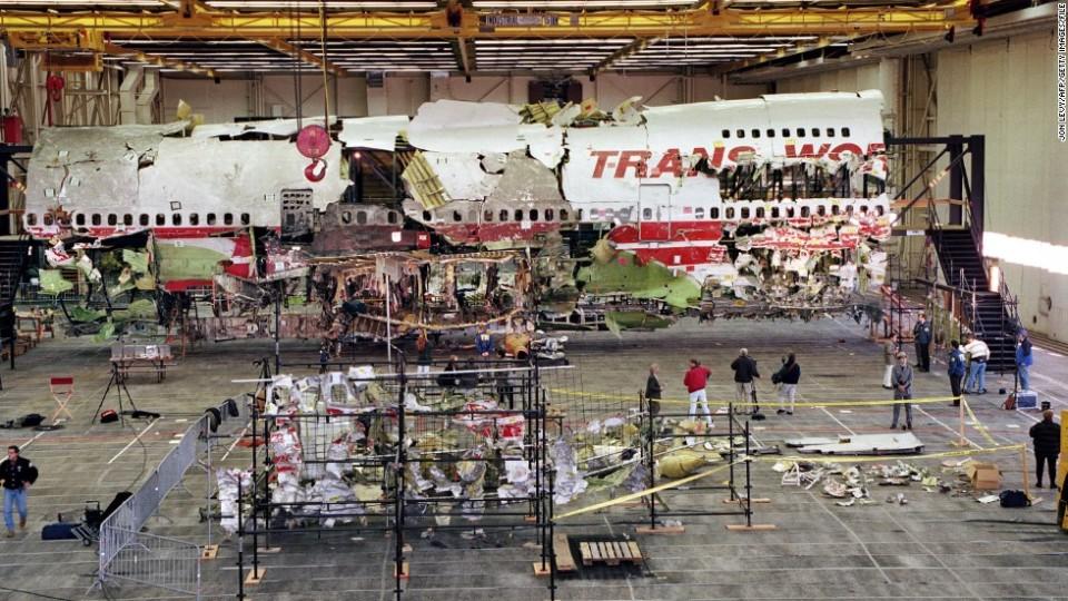 Wreckage de la partie avant du vol TWA 800 Boeing 747 est affiché dans son état reconstruit 19 Novembre 1997 à Calverton, Long Island, NY.
